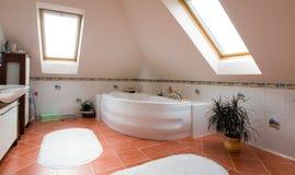 Modernes Badezimmerpanorama Stockbild