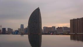 Modernes Baku in der Abenddämmerung azerbaijan stock video