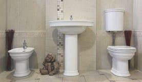 Modernes beige Badezimmer Stockfoto