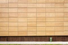 Modernes beige Metall deckt Wand mit Ziegeln Stockbilder