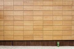 Modernes beige Metall deckt Wand mit Ziegeln Stockfoto