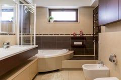 Modernes Braunes Und Beige Badezimmer Lizenzfreie Stockbilder ... Braunes Badezimmer
