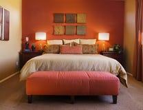 Modernes bequemes Schlafzimmer Lizenzfreie Stockfotografie