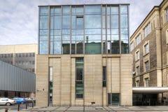 Modernes Bibliotheks-Gebäude unter blauem Himmel Poznan in Polen Lizenzfreie Stockfotografie