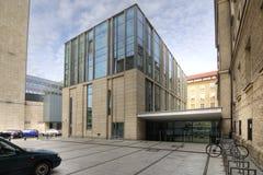 Modernes Bibliotheks-Gebäude unter blauem Himmel Poznan in Polen Lizenzfreies Stockfoto