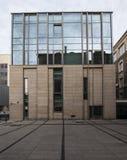 Modernes Bibliotheks-Gebäude unter blauem Himmel Universität von Adam Mickiewicz in Posen Stockfotos