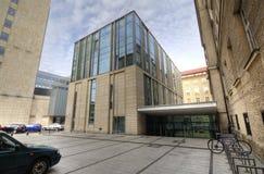 Modernes Bibliotheks-Gebäude unter blauem Himmel Universität von Adam Mickiewicz in Posen Lizenzfreie Stockbilder