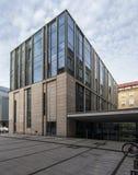Modernes Bibliotheks-Gebäude unter blauem Himmel Universität von Adam Mickiewicz in Posen Stockfotografie