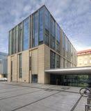 Modernes Bibliotheks-Gebäude unter blauem Himmel Universität von Adam Mickiewicz in Posen Lizenzfreies Stockfoto