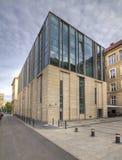 Modernes Bibliotheks-Gebäude unter blauem Himmel Universität von Adam Mickiewicz in Posen Stockbilder