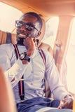 Modernes blackman in einem blauen Hemd lizenzfreies stockfoto