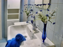 Modernes blaues Badezimmer Stockfotografie