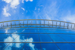 Modernes blaues Glasgeschäftsgebäude Stockfotografie