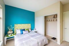Modernes blaues Schlafzimmer stockfotos