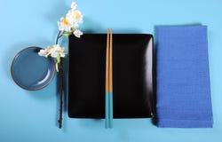 Modernes blaues Thema des Aqua japanisches orientalisches Tabellen-Gedeck Stockbild