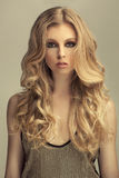 Modernes blondes behaartes Mädchen Lizenzfreies Stockbild