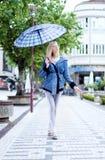 Modernes blondes Mädchen, das mit geschlossenen Augen aufwirft Lizenzfreie Stockfotos
