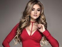 Modernes blondes Mädchen im roten Kleid Lizenzfreie Stockbilder