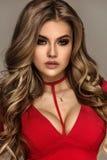 Modernes blondes Mädchen im roten Kleid Stockbilder