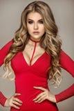 Modernes blondes Mädchen im roten Kleid Stockfotos