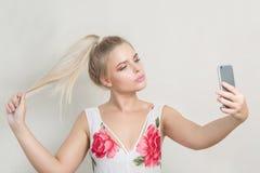 Modernes blondes Modell mit natürlichem Make-up und dem blonden Haar Tak Stockfoto