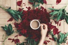 Modernes Blumen-instagram blogging Bild Hand, die stilvolles cof hält Stockfotos