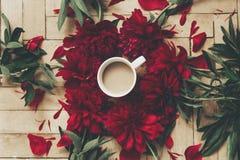 Modernes Blumen-instagram blogging Bild stilvoller Kaffee und Beaut Stockbild