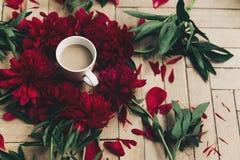 Modernes Blumen-instagram blogging Bild stilvoller Kaffee und Beaut Lizenzfreie Stockbilder