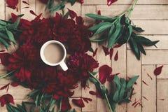 Modernes Blumen-instagram blogging Bild stilvoller Kaffee und Beaut Lizenzfreies Stockfoto