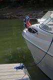 Modernes Boot verankert zum Dock lizenzfreie stockbilder