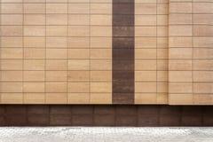 Modernes braunes Metall deckt Wand mit Ziegeln Stockfotografie