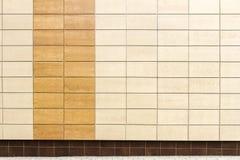 Modernes braunes Metall deckt Wand mit Ziegeln Lizenzfreies Stockfoto