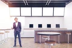 Modernes Café mit Computern und einem Kühlschrank, Mann Stockbilder
