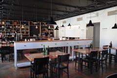 Modernes Café mit gemütlichem Innenraum Lizenzfreie Stockbilder