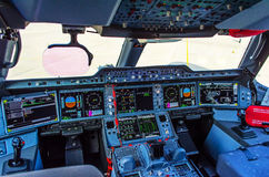 Modernes Cockpit im Passagierpassagierflugzeug lizenzfreies stockfoto
