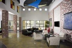 Modernes Dachboden-Wohnzimmer Stockbilder