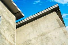 Modernes Dachbodenarthaus, zum von Luxus im Hintergrund des blauen Himmels zu glauben Stockbild