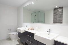 Modernes Doppelbadezimmer Stockfotos
