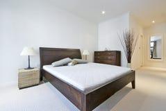 Modernes doppeltes Schlafzimmer mit Königgrößenbett Stockfotos