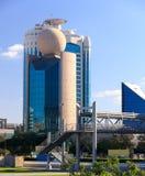 Modernes Dubai-Gebäude mit einem Ball auf einem Dach Lizenzfreies Stockbild