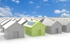 Modernes eco Haus, das heraus von der Masse steht Lizenzfreie Stockfotos