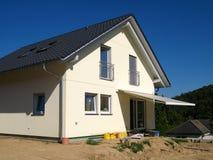 Modernes Einfamilienhaus mit Markise Lizenzfreies Stockbild