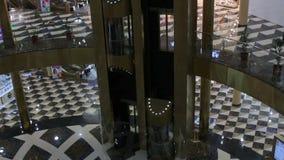 Modernes Einkaufszentrum Bewegliche Aufzüge stock video