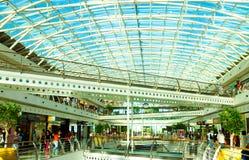 Modernes Einkaufszentrum Lissabons mit Glasdecke, blauer Himmel, warmes Sun-Licht, Verschiedenartigkeit, Leute stockbild