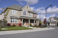 Modernes einzelne Wohnung-Haus auf einem Ecklot Lizenzfreie Stockfotos