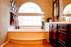 Modernes elegantes Badezimmer stockfoto