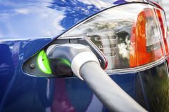 Modernes Elektroauto verstopft zu Ladestation stockbild
