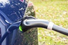 Modernes Elektroauto verstopft zu Ladestation stockfoto