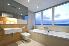 Modernes Ensuite Badezimmer mit großem Fenster stockfotografie
