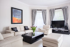 Modernes entworfenes Wohnzimmer Stockfotos